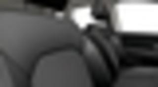 Mustad tekstiilist istmekatted, punast ja halli värvi detailid